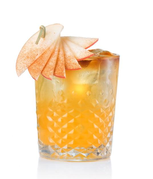 Cocktail dell'alcool della frutta con la mela e bastone di cannella isolato Foto Premium
