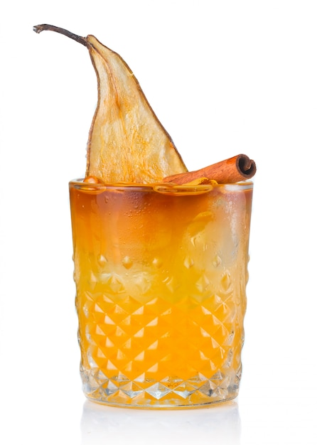 Cocktail dell'alcool della frutta con la pera e il bastone di cannella isolati Foto Premium