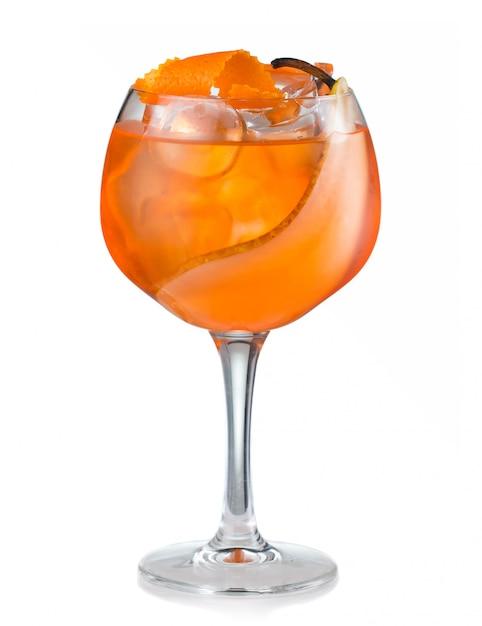 Cocktail dell'alcool della frutta con la pera e la fetta arancione isolate Foto Premium