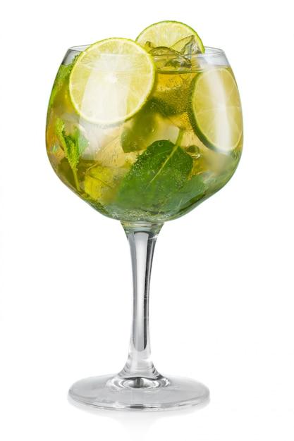 Cocktail dell'alcool di mojito isolato su bianco Foto Premium
