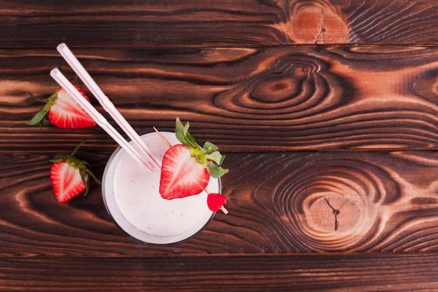 Cocktail della fragola su superficie di legno Foto Gratuite