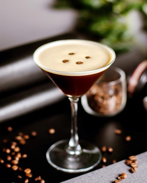 Cocktail di caffè decorato con chicchi di caffè Foto Gratuite