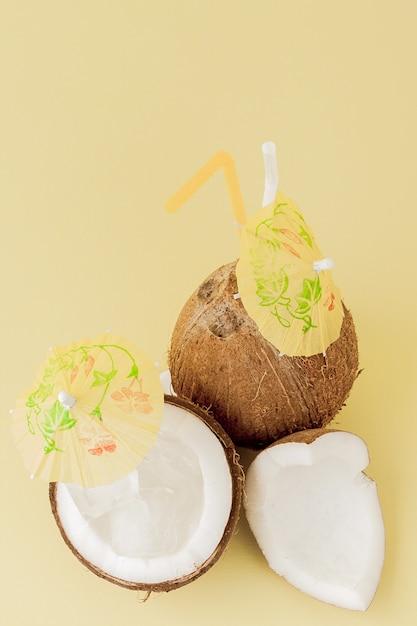 Cocktail di cocco fresco con cannucce Foto Premium