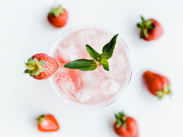 Cocktail di fragole fresche con foglia di ghiaccio e menta Foto Gratuite