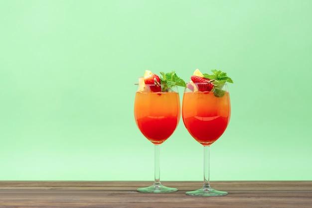 Cocktail di frutta all'alba bevande nei bicchieri Foto Premium