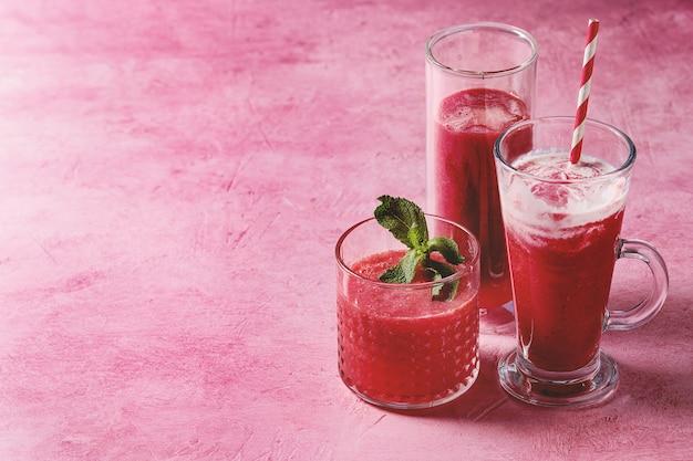 Cocktail di frutta rossa o frullati Foto Premium