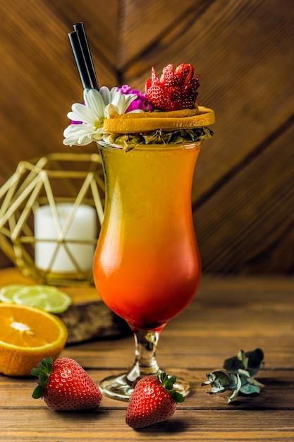 Cocktail di frutta tropicale con fiore di margarita Foto Gratuite