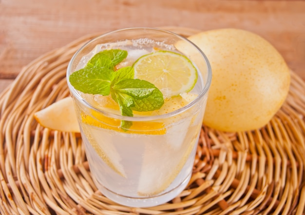 Cocktail di limonata o mojito alla pera con pera, limone e menta, bevanda o bevanda rinfrescante fredda Foto Premium