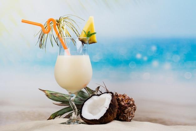Cocktail di pina colada sulla costa della spiaggia Foto Premium