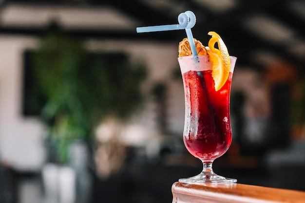 Cocktail di vista laterale con una fetta di arancia Foto Gratuite