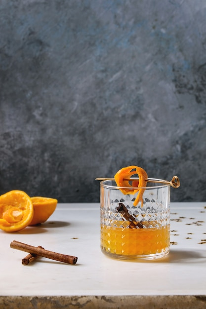 Cocktail di whisky arancione Foto Premium