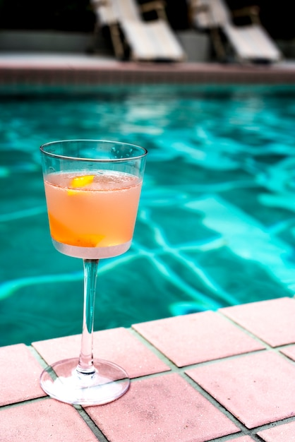 Cocktail drink a bordo piscina Foto Gratuite