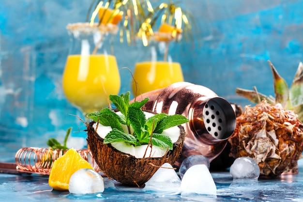 Cocktail e ingredienti pina colada Foto Premium
