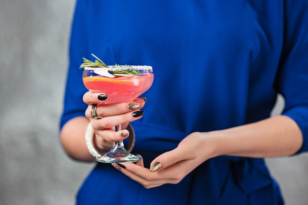 Cocktail esotici e mani femminili Foto Gratuite