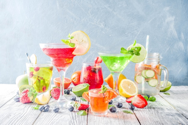 Cocktail estivi in bicchieri di diverse forme Foto Premium