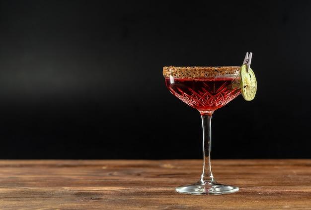 Cocktail estivo su un tavolo di legno Foto Premium