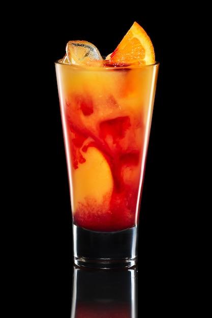 Cocktail figlio di un gallo isolato su fondo nero Foto Premium