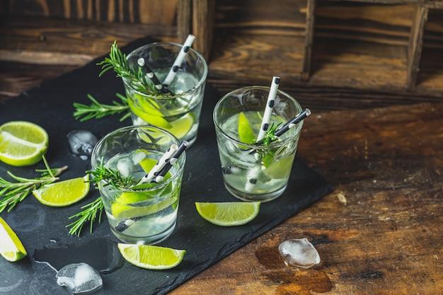 Cocktail fresco con lime, ghiaccio e rosmarino Foto Premium
