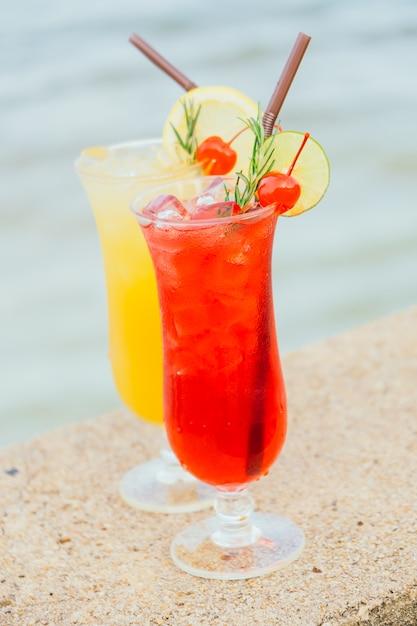 Cocktail ghiacciati bicchiere con spiaggia e mare Foto Gratuite