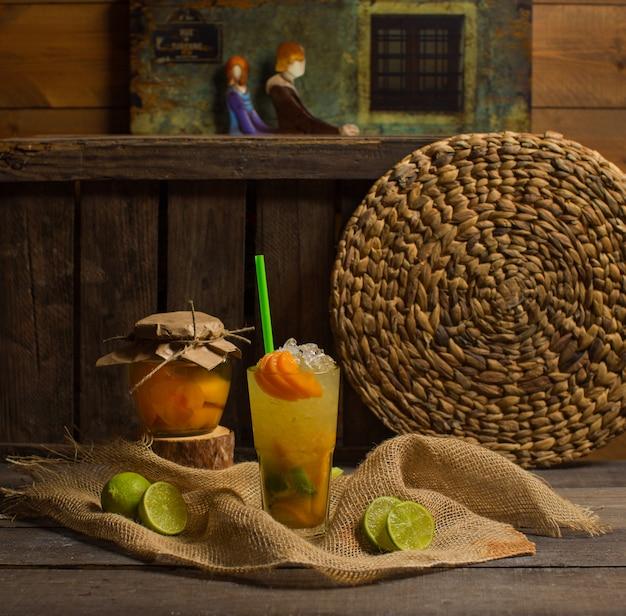 Cocktail ghiacciato di frutta sul tavolo Foto Gratuite