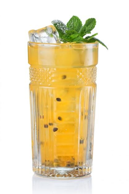 Cocktail giallo dell'alcool con il frutto della passione isolato Foto Premium
