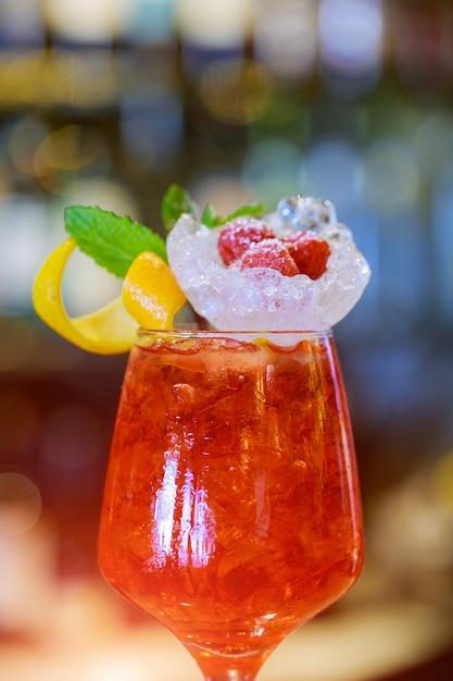 Cocktail guarnito con calce in piedi sul bancone del bar. Foto Premium