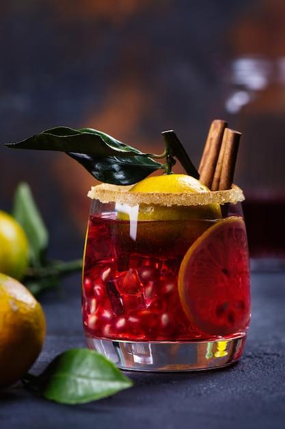 Cocktail invernale con frutta e cannella Foto Premium