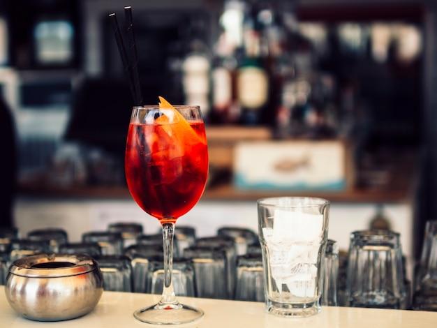 Cocktail luminoso sul bancone Foto Gratuite