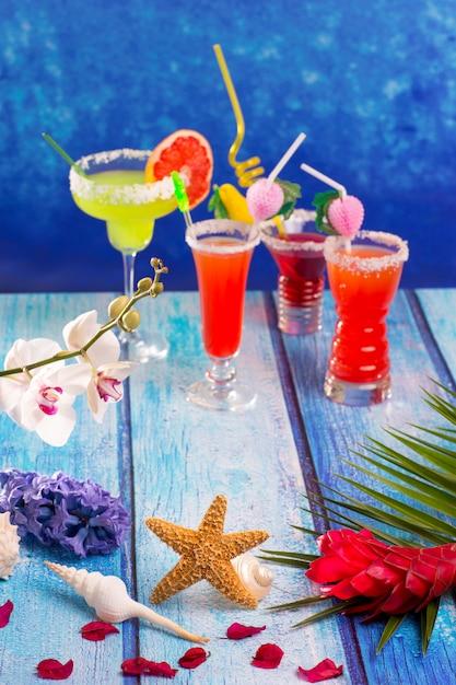Cocktail misti colorati in legno blu tropicale Foto Premium