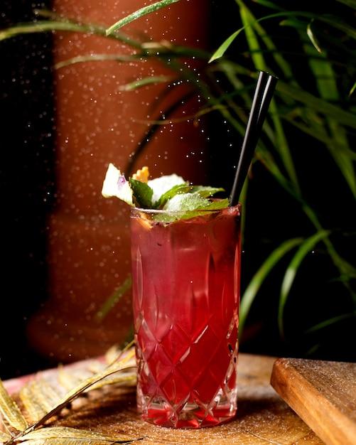 Cocktail rinfrescante con foglie di menta Foto Gratuite