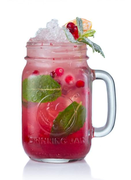 Cocktail rosso dell'alcool con i mirtilli rossi in barattolo bevente isolato Foto Premium