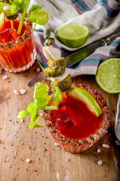 Cocktail speziato di bloody mary con contorno Foto Premium