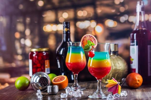 Cocktail stratificato con arcobaleno estivo Foto Premium