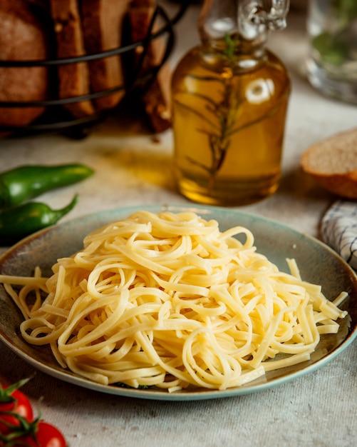 Codino e bottiglia di olio d'oliva Foto Gratuite