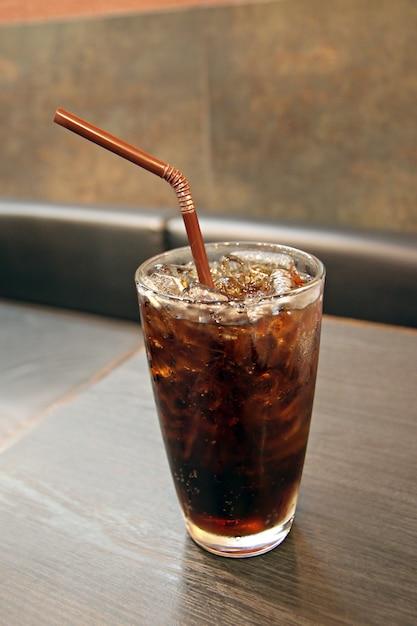 Cola e ghiaccio nel bicchiere della bevanda. Foto Premium