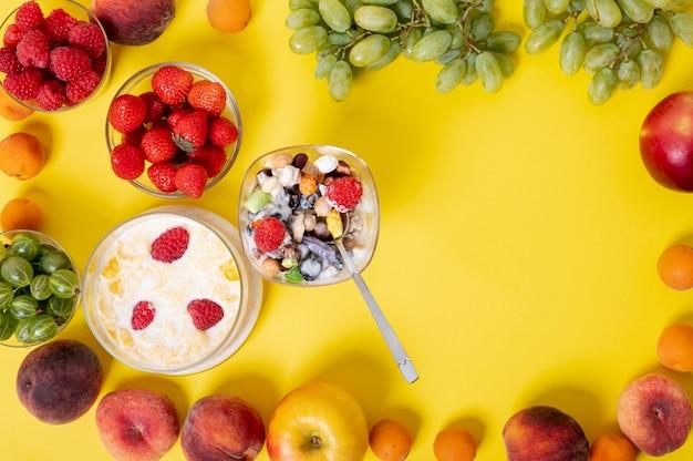 Colazione a base di cereali in cornice di frutta Foto Gratuite