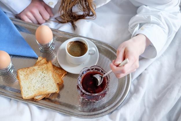 Colazione a letto in hotel. Foto Premium