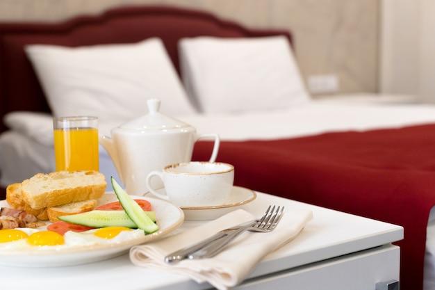Colazione a letto nella camera d'albergo Foto Premium