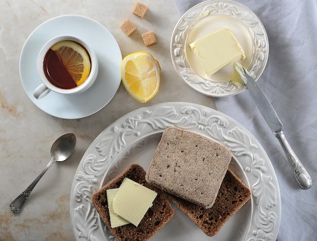 Colazione al limone e pane di segale con burro Foto Premium