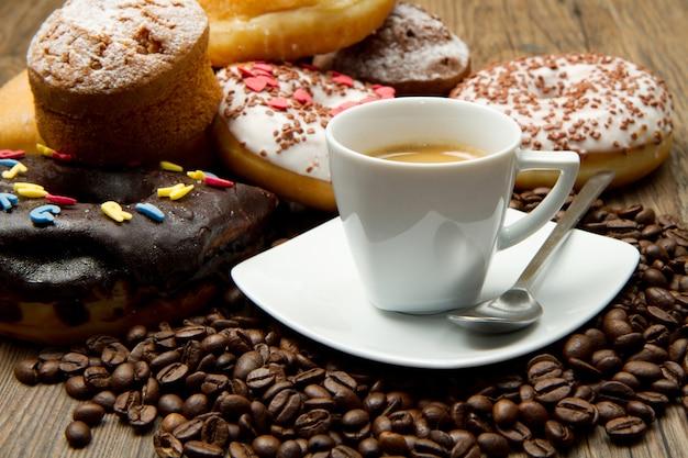 Colazione con caffè e ciambelle Foto Premium