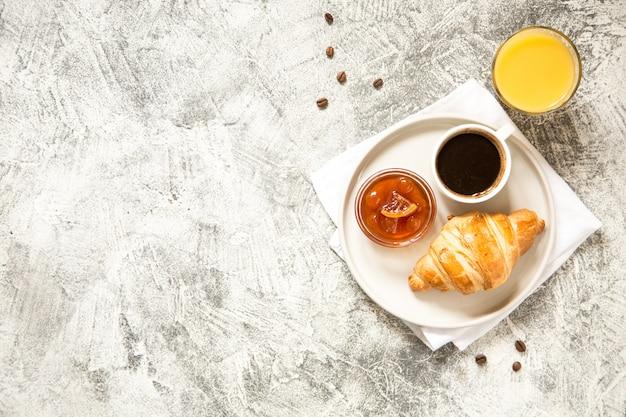 Colazione con cornetti su cemento Foto Premium