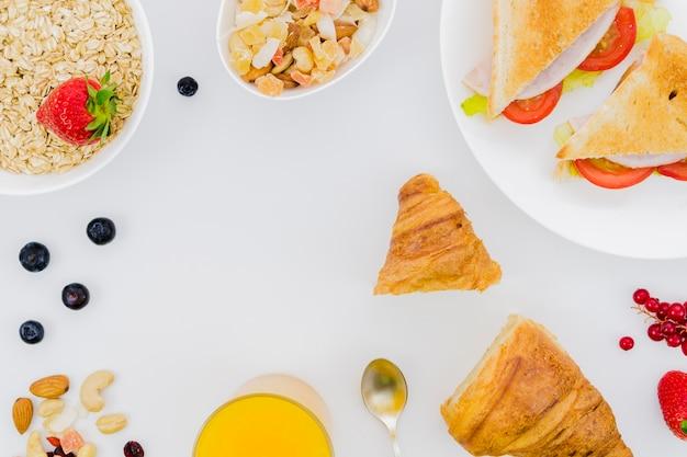 Colazione con croissant e frutta Foto Gratuite