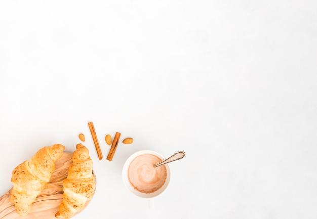 Colazione con croissant Foto Gratuite
