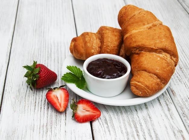 Colazione con croissant Foto Premium