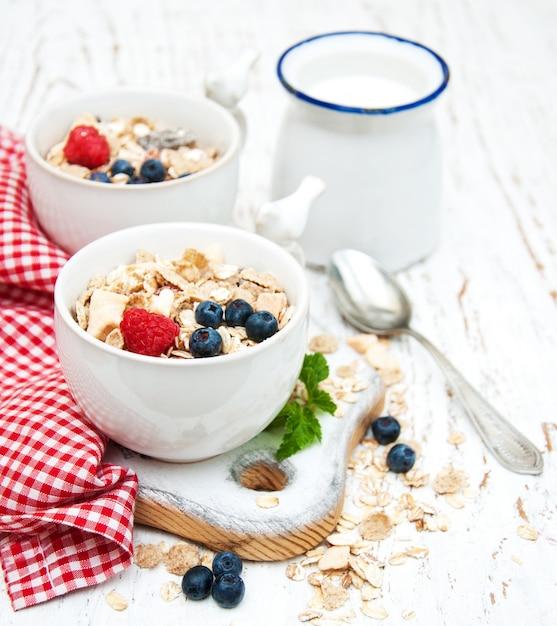 Colazione con frutti di bosco freschi Foto Premium