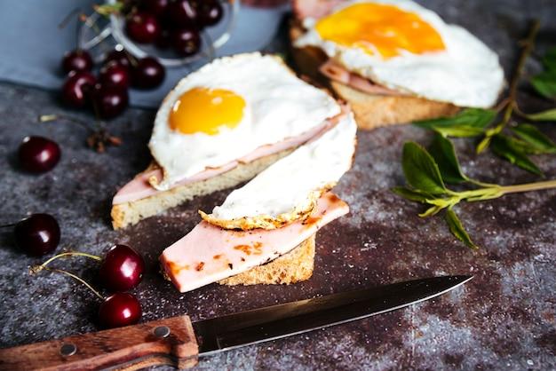 Colazione deliziosa di toast e ciliegie all'uovo Foto Gratuite
