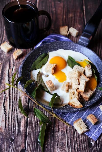 Colazione di uova e pangrattato sulla tavola di legno Foto Gratuite