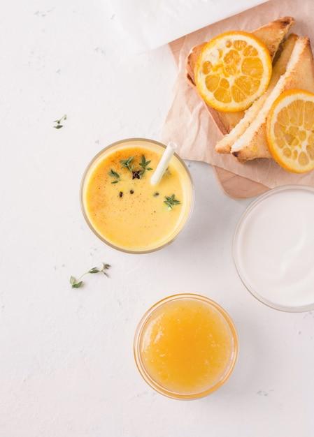Colazione lassi con mango e sandwich. vista dall'alto. immagine verticale Foto Premium