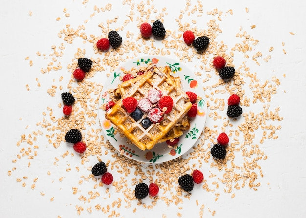 Colazione nutriente perfetta con frutta e waffle Foto Gratuite