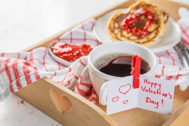 Colazione per san valentino: pancake, marmellata e caffè Foto Premium